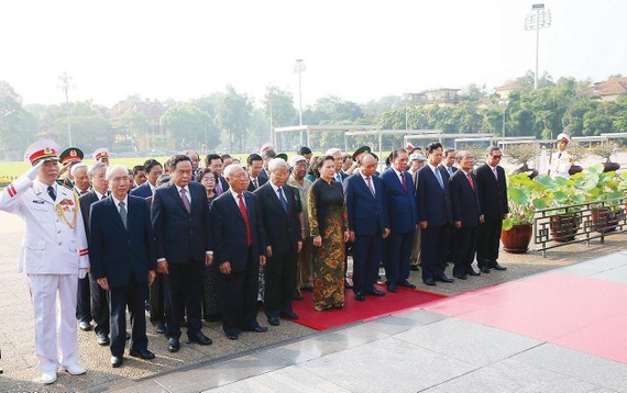 Đoàn đại biểu lãnh đạo, nguyên lãnh đạo Đảng, Nhà nước  đặt vòng hoa và vào Lăng viếng Chủ tịch Hồ Chí Minh. Ảnh: TTXVN