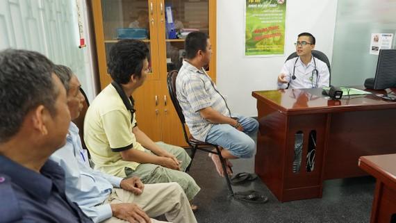 Bác sĩ đang thăm khám và tư vấn cho bệnh nhân cai thuốc lá. Ảnh: THÀNH AN