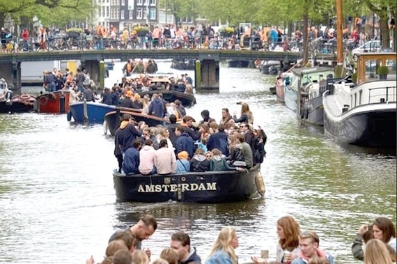Amsterdam quá tải du khách