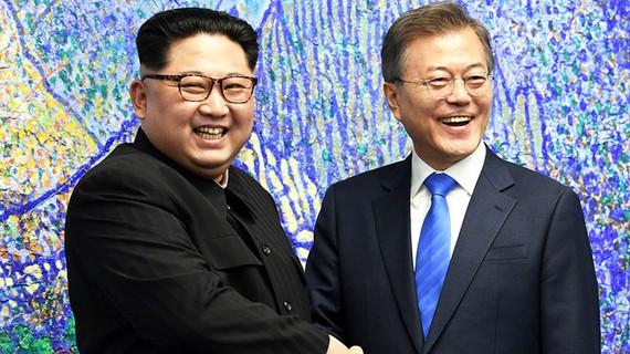 Lãnh đạo Triều Tiên Kim Jong Un và Tổng thống Hàn Quốc Moon Jae In. Ảnh: REUTERS