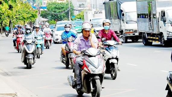 Phạt nặng việc vừa chạy xe vừa sử dụng điện thoại