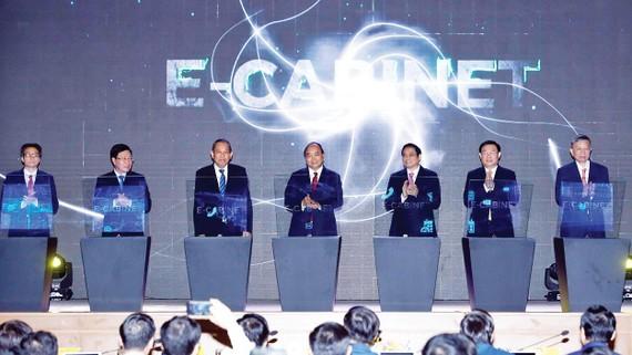Thủ tướng Nguyễn Xuân Phúc cùng các đại biểu thực hiện nghi thức khai trương hệ thống thông tin phục vụ họp và xử lý công việc của Chính phủ E-CABINET. Ảnh: TTXVN