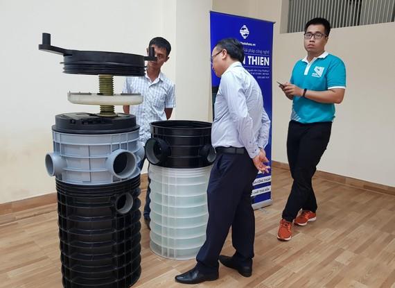 Sản phẩm hố ga nhựa chống triều cường, ngăn mùi hôi  được giới thiệu tại CESTI. Ảnh: CHÂU TUẤN