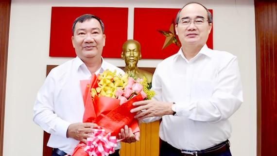 Đồng chí Trần Văn Thuận nhận quyết định giữ chức Bí thư Quận ủy quận 2, là bí thư không là người địa phương. Ảnh: VIỆT DŨNG