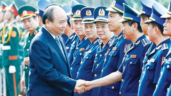 Thủ tướng Nguyễn Xuân Phúc với các cán bộ, sĩ quan  Bộ Tư lệnh Cảnh sát biển Việt Nam. Ảnh: TTXVN
