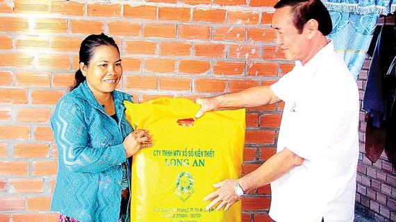 Đại diện nhà tài trợ, Công ty Xổ số Kiến thiết Long An tặng quà cho bà Trần Thị Bích Hạnh