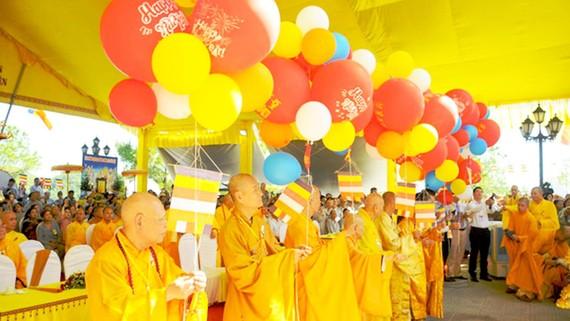 Thả bong bóng và chim bồ câu tại lễ hội Quán Thế Âm  năm Kỷ Hợi - PL.2563 cầu cho quốc thái dân an