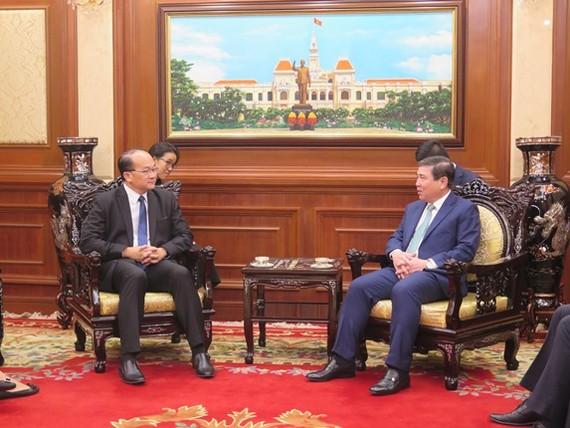 Chủ tịch UBND TPHCM Nguyễn Thành Phong (phải) và ông Kho Ngee Seng Roy, tân Tổng Lãnh sự Singapore tại TPHCM tại buổi tiếp. Ảnh: HCM CityWeb