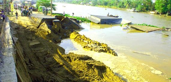Một vụ sạt lở ở Hậu Giang do dòng chảy biến đổi vì khai thác cát lậu.  Ảnh: CAO PHONG