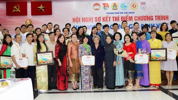 Lãnh đạo TPHCM cùng các gia đình Việt  và sinh viên Lào tại buổi gặp mặt