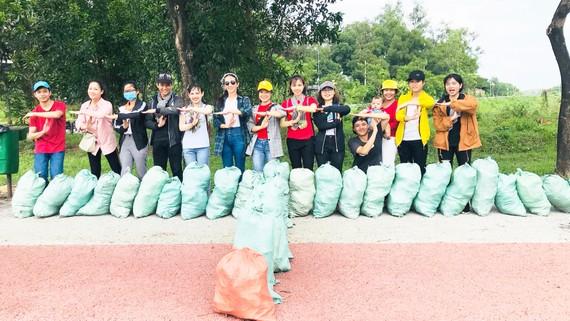 Các bạn trẻ sôi nổi hướng ứng hoạt động nhặt rác, bảo vệ môi trường. Ảnh: BÙI ANH TUẤN