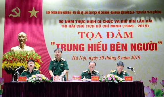 Thiếu tướng Phạm Văn Huấn, Bí thư Đảng ủy, Tổng Biên tập Báo Quân đội nhân dân phát biểu đề dẫn tọa đàm.