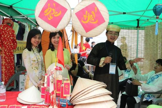Một gian trưng bày áo dài dân tộc Việt Nam tại lễ hội. Ảnh: TTXVN