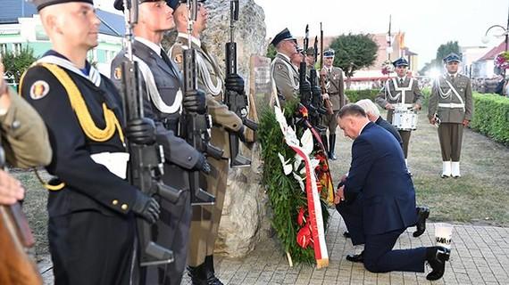 Tổng thống Ba Lan Andrzej Duda (phía trước) và Tổng thống Đức Frank-Walter Steinmeier (phía sau) đặt hoa tưởng nhớ các nạn nhân tại lễ tưởng niệm nhân dịp 80 năm ngày nổ ra Chiến tranh Thế giới 2. Ảnh: TTXVN