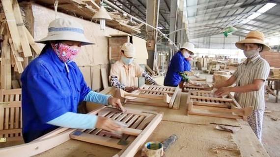 Sản xuất đồ gỗ xuất khẩu. Ảnh: TTXVN