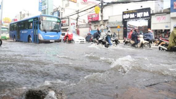 Đường Võ Văn Ngân, quận Thủ Đức ngập nặng sau cơn mưa chiều ngày 24-5-2017
