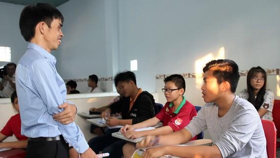 """""""Thầy"""" Khánh (đứng) tại lớp học tình thương"""