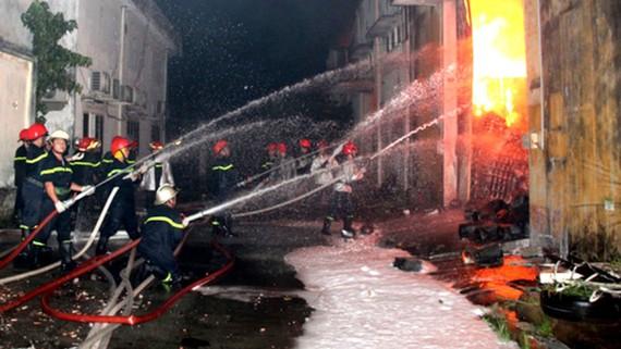 Cảnh sát chữa cháy tại Công ty cổ phần Kho vận miền Nam Sotrans, 1B Hoàng Diệu, phường 13, quận 4