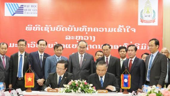 Bí thư Thành ủy TPHCM Nguyễn Thiện Nhân cùng đoàn đại biểu cấp cao TPHCM chứng kiến buổi ký kết bản ghi nhớ hợp tác giữa Đại học Quốc gia TPHCM và Đại học Quốc gia Lào. Ảnh: KIỀU PHONG.