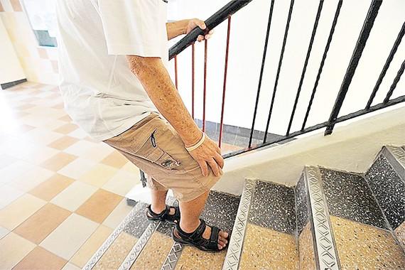 Leo cầu thang làm khớp gối vận động nhiều