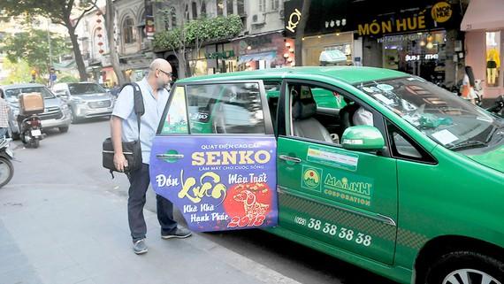 Hành khách đi taxi Mai Linh. Ảnh: CAO THĂNG