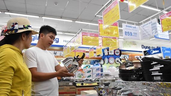 Khách hàng đang lựa chọn bình đun nước giảm giá