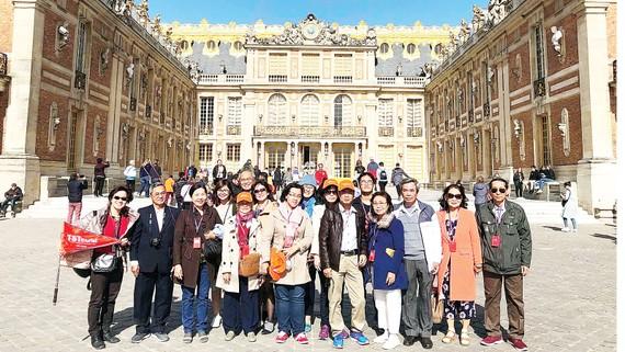Du khách TST tourist trải nghiệm tour châu Âu