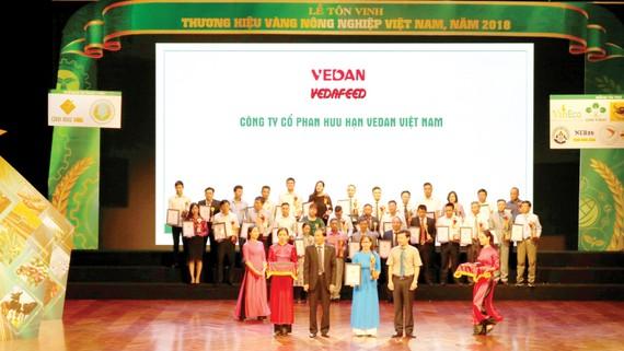 Sản phẩm phụ gia thức ăn chăn nuôi Vedafeed đạt Thương hiệu vàng  nông nghiệp Việt Nam 2018