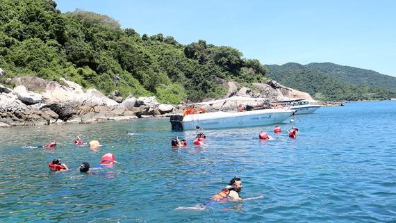 Du khách tắm biển tại bãi biển Cù Lao Chàm (Hội An)