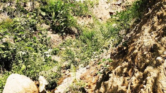 Vào mùa mưa do đỉnh núi Goi Ra Hách bị nứt kéo nhiều đất đá xuống suối