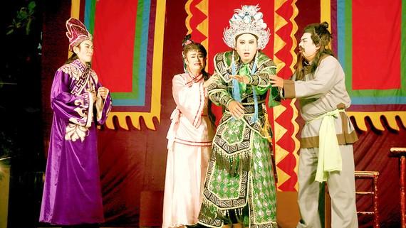 Các nghệ sĩ hát bội nhiệt huyết với từng vai diễn trên sân khấu lưu động. Ảnh: THÚY BÌNH