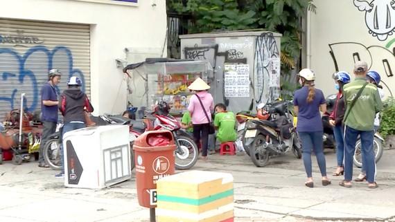 Vẫn còn nhiều người dân buôn bán, tụ tập tại khu vực có trạm biến áp