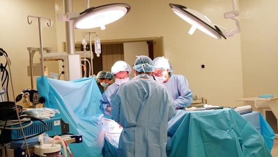 Các bác sĩ đang mổ lấy con cho bệnh nhân Đ.N.D.T.