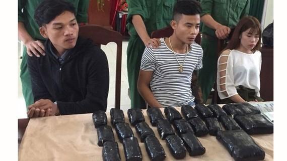 Các đối tượng bị bắt giữ và tang vật.