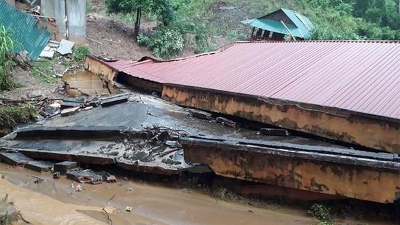 Một dãy phòng học của trường Tiểu học xã Trung Sơn bị sập hoàn toàn. Ảnh: Mạnh Cường