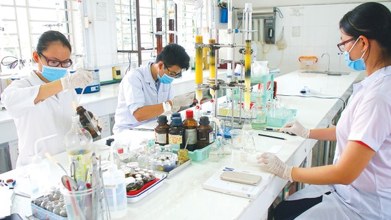 Sinh viên nghiên cứu khoa học tại một trường đại học. Ảnh: HOÀNG HÙNG