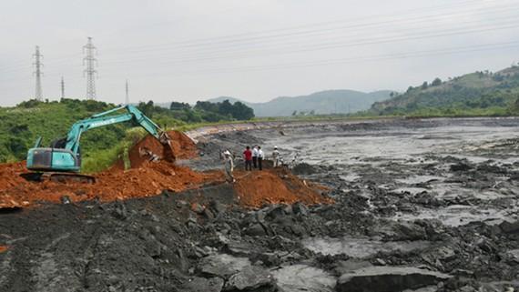 Khẩn trương bao lại bờ hồ chứa quặng thải. Ảnh: Baolaocai