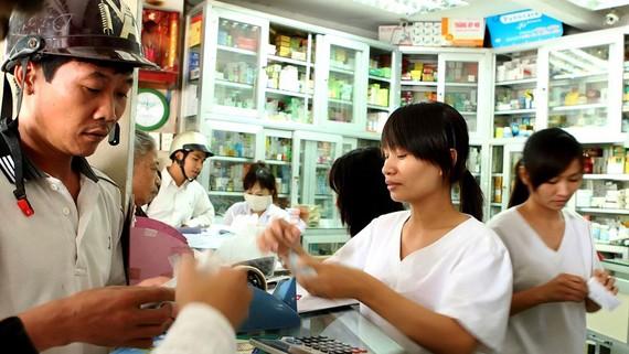 Sở Y tế TPHCM vừa có văn bản khẩn gửi các cơ sở sản xuất thuốc, cơ sở xuất khẩu, nhập khẩu thuốc, cơ sở bán buôn, bán lẻ thuốc trên địa bàn thành phố về việc thực hiện kinh doanh thuốc theo đúng quy chế chuyên môn