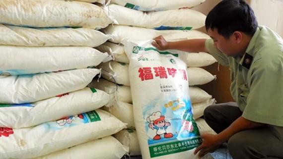 Các đối tượng thường nhập lậu bột ngọt xá từ Trung Quốc theo bao với trọng lượng 25kg/bao để làm nguyên liệu sản xuất bột ngọt giả