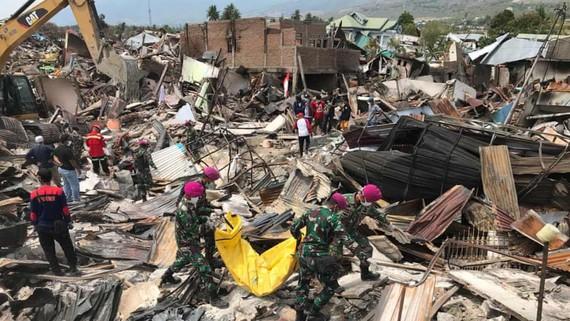 Lực lượng chức năng Indonesia đang nỗ lực tìm kiếm những người sống sót trong đống đổ nát. Ảnh: EPA