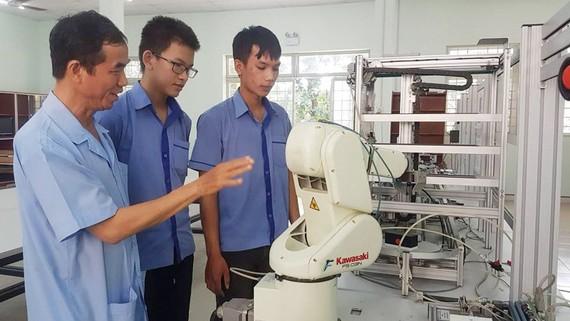 Giới thiệu robot cho học viên Khoa Điện - điện tử Trường Cao đẳng Lý Tự Trọng. Ảnh: Hoài Nam
