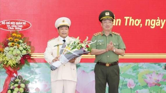 Thứ trưởng Nguyễn Văn Thành trao Quyết định và tặng hoa chúc mừng Đại tá Nguyễn Văn Thuận
