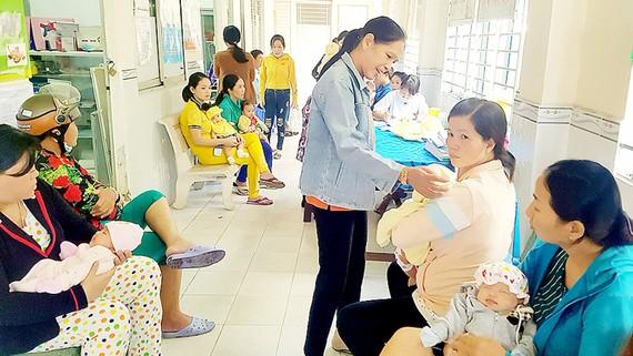 Nhiều gia đình ở Cần Thơ đưa con đi tiêm vaccine 5 trong 1 nhưng được thông báo đã hết vaccine