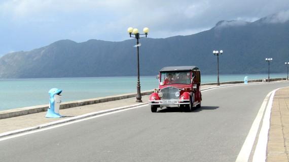 Du khách tham quan Côn Đảo bằng xe điện