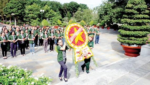 Đoàn cán bộ tuyên giáo, báo chí, xuất bản, văn nghệ sĩ TPHCM dâng hoa tại Nghĩa trang liệt sĩ Tân Biên