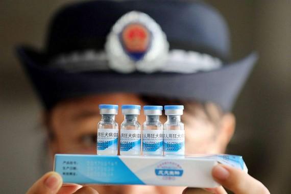 Nhân viên thực thi pháp luật kiểm tra vaccine ở Trung Quốc. Ảnh: EPA
