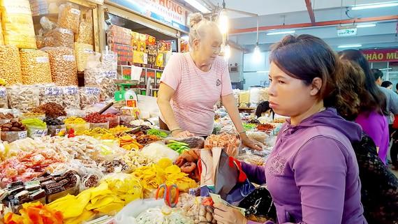 Chợ tết mãi lực chậm vì sức mua yếu và cạnh tranh gay gắt