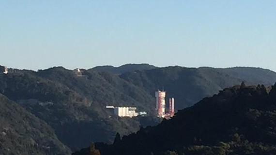 Tên lửa Epsilon trên bệ phóng tại Trung tâm vũ trụ Uchinoura trước thời điểm phóng