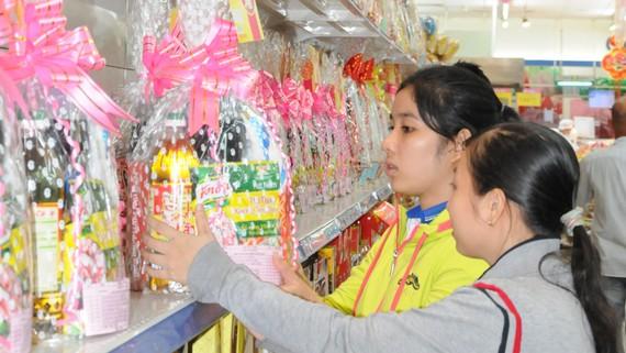 Khách hàng chọn mua giỏ quà tại hệ thống Co.opmart