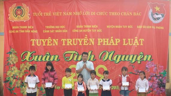 Báo SGGP trao học bổng cho học sinh nghèo Đắk Nông